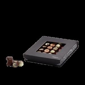 Chokladask med 36 st praliner o. tryfflar, i olika smaker. Vit, mörk och ljus choklad.