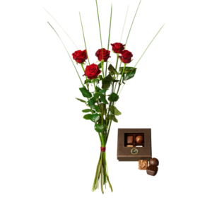 Fem röda rosor och en ask med fyra stycken chokladpraliner.