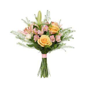 Bukett med rosor, liljor, nejlikor och gröna blad. Finns hos Interflora.