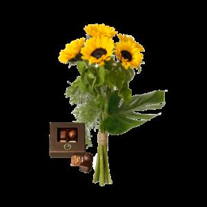 Bukett med gula solrosor och en liten ask med fyra praliner.