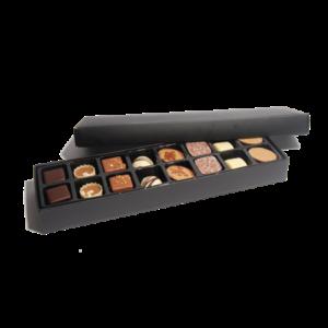 Långsmal ask med 16 st läckra chokladpraliner i ljus, vit och mörk choklad.
