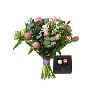 Bukett med tulpaner, alstromeria och eukalyptus plus en ask choklad. Finns hos Interflora, en av våra största blomsterförmedlare på nätet.