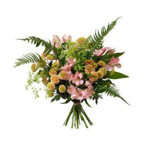 Interfloras julibukett, med blommor i rosa och aprikost; santini, alstroemeria +gröna blad.
