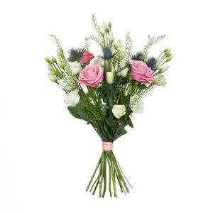Sommarbukett med rosor, tistlar och prärieklocka. Från Interflora.