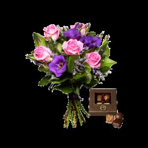 Bukett med rosor och prärieklockor i rosa och lila samt en ask med fyra chokladpraliner.