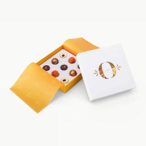 Chokladask med nio praliner från Orangeri Chokolade. Med smak av apelsin och tiramisu. Finns hos Interflora.