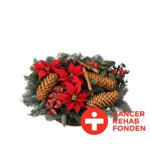 Julgrupp med julstjärnor, nobilis och tall samt kottar och kanelstänger. Finns hos Interflora.