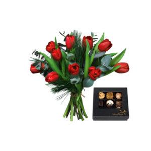 Bukett med röda tulpaner, mjuktall, eucalyptus och en ask med nio chokladpraliner. Finns hos Interflora.