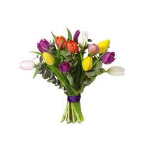 Tulpanbukett med blommor i mixade färger tillsammans med eucalyptusblad. Finns att beställa som blommogram hos Interflora, en väletablerad blomsterförmedlare med lång erfarenhet av att skicka blommor.
