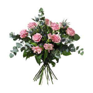 Bukett med blommor i rosa. Till arrangemanget används rosor, alstroemeria, tistlar och gröna blad. Ur Interfloras utbud av vårbuketter.