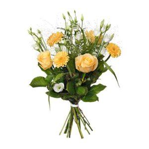 Bukett med blommor i gult och vitt; rosor, germini, prärieklocka och gröna blad. Finns hos Interflora.