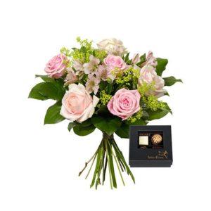 Bukett med rosor, alstroemeria, alchemilla och grönt. Finns hos Interflora.