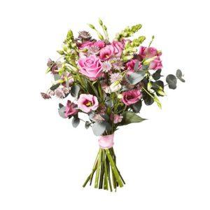 Bukett med blommor i rosa; rosor, prärieklocka, lejongap, eukalyptus plus gröna blad. Från Interflora.
