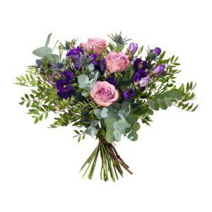 Bukett med tistlar, rosor, prärieklocka och frodigt grönt. Finns att beställa online hos Interflora.