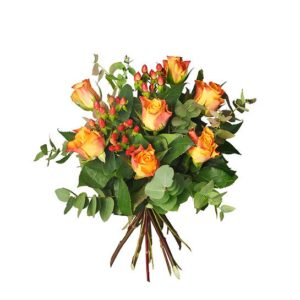 Bukett med orange rosor, eucalyptus och hypericum. Ett blommogram beställer du snabbt och enkelt hos Interflora