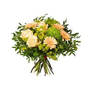 Bukett i aprikost och grönt, med krysantemum, nejlikor, rosor och germini och gröna blad. Skicka den med ett blomsterbud från Interflora och gör någon riktigt glad!