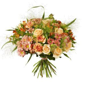 Stor, lyxig bukett med rosor, nejlikor, alstromeria, krysantemum och grönt. Skicka den med ett blomsterbud från Interflora och överraska någon du gillar!