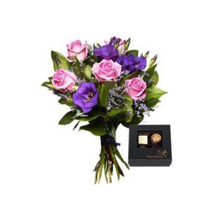 Bukett med rosa rosor, lila prärieklockor, limonium och grönt. Ingår i Interfloras utbud av höstblommor.