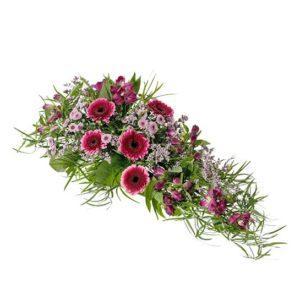 Låg begravningsdekoration med alstroemeria, germini, santini och grönt. Blommorna går i lila/cerise. Skicka ett blommogram med dekorationen via Interflora direkt till aktuell begravning - beställ enkelt online.