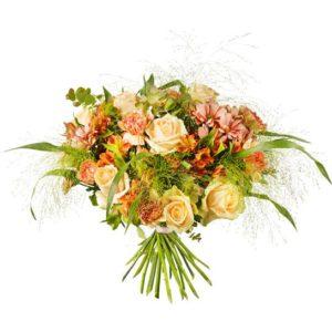 Bukett med rosor, nejlikor, alstromeria, krysantemum i aprikosa färgtoner. Mycket elegant, en lyxvariant! Beställ blommorna online hos Interflora, så skickas de med ett blommogram ända hem till mottagarens dörr.