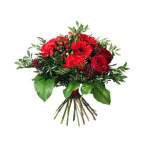 """Julbuketten """"Julmys""""med rosor, germini, hypericum, nejlika, skimmia och gröna blad. Den ingår i Interfloras stora julsortiment."""