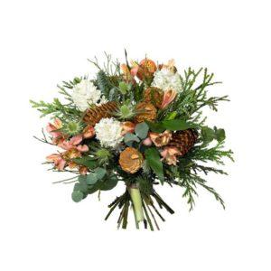 Julbukett med aprikosa amaryllis tillsammans med tistlar, hyacinter och alstroemeria +kottar och grönt. Blommorna ingår i Interfloras sortiment av julblommor.
