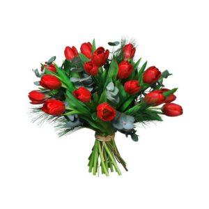 Buketten Juldagsmorgon från Interflora, med röda tulpaner, eukalyptus och mjuktall.