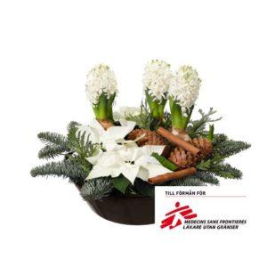 """Julgrupp """"Utan Gränser"""", med hyacinter, julstjärnor, nobilis, kottar och kanelstänger. Julgruppen finns att beställa som blommogram hos Interflora."""