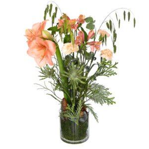 Julbukett med amaryllis, tistel, alstroemeria, nejlikor, kottar och grönt. Blombuketten finns att beställa som blommogram hos Interflora, en av våra största blomsterförmedlingar på nätet.