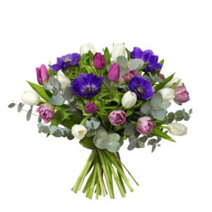 Bukett med tulpaner, anemoner och eukalyptus. Blommorna finns hos Interflora