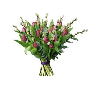 Bukett med lila tulpaner och videkvistar. Buketten ingår i Interfloras tulpansortiment.