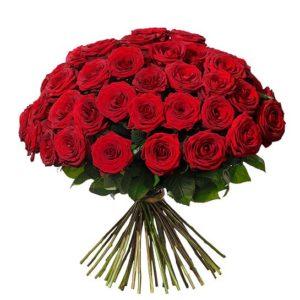 Bukett med 50 st ståtliga, röda rosor. Buketten ingår i Interfloras utbud av rosor.