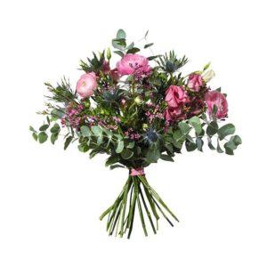 Bukett med blommor i rosa färgtoner; ranukler, tistlar, prärieklockor och vaxblomma. Blombuketten ingår i Interfloras utbud av vårbuketter.