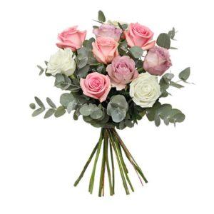 Blombukett från Interflora, med pastellfärgade rosor och eucalyptus
