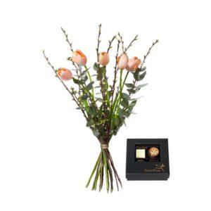 Bukett med franska tulpaner, körsbärskvistar och eucalyptus. Plus en ask med fyra praliner. Ur Interfloras sortiment.