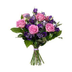 Blombukett ur Interfloras morsdagssortiment, med rosor, prärieklockor, limonium och gröna blad.