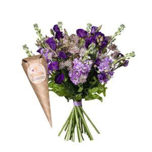 Blombukett med lövkojor, prärieklocka och astrantia samt en strut med choklad. Ur Interfloras sortiment.