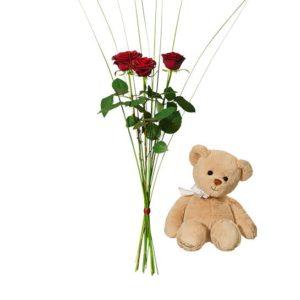 Bukett med tre röda rosor samt en söt nalle. Ur Interfloras sortiment.