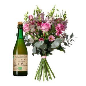 Blombukett med blandade rosa blommor + en flaska mousserande äppelmust. Ett presentpaket ur Interfloras sortiment.