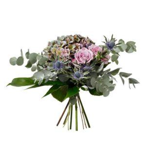 Bukett med blommor i lila; hortensia, rosor, tistel och gröna blad. Blommorna finns att beställa online hos Interflora.