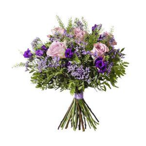 Interflora-bukett med blommor i skimrande lila; rosor, prärieklockor, limonium och grönt. Ur Interfloras höstsortiment.