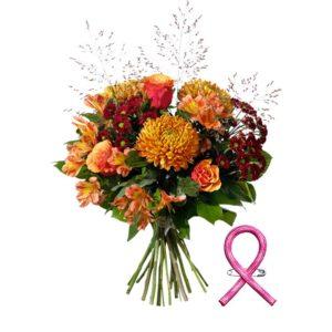 Bukett med blommor i höstens färger orange, rött, lila: stor krysantemum, alstroemeria, rosor och gröna blad. Ett Interflora-arrangemang.