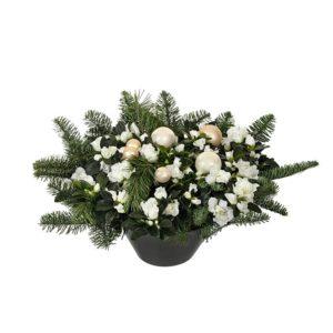 Plantering med vit julazalea och grön juldekoration och vita julkulor. Ur Interfloras julsortiment.