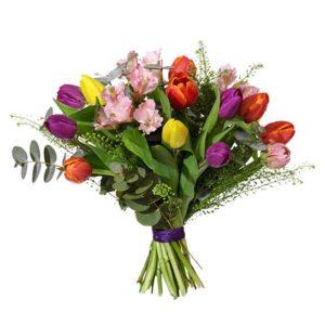 Tulpaner, alstroemeria, eukalyptus och grönt i en tjusig kombination. Du hittar blommorna hos Interflora. Önska Glad Påsk med en färgsprakande bukett!