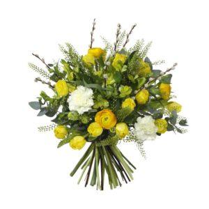 Vacker påskbukett i gult och vitt, med tulpaner, alstroemeria, ranunkel, nejlikor och gröna blad. Ur Interfloras utbud av påskbuketter.