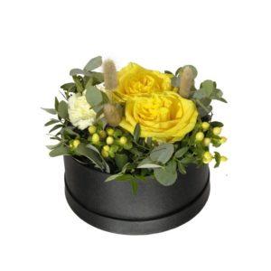 En rund box (18 cm i diameter), fylld med gula rosor, johannesört, nejlikor, blandat grönt och torkat. Superfin! Skicka den med ett blommogram från Interflora - beställ enkelt online.