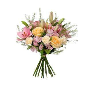 Morsdagsbukett med blommor i ljusa, milda färger. Blommor: rosor, liljor, nejlikor, alstroemeria och gröna blad. Ur Interfloras sortiment av Mors Dags-buketter.