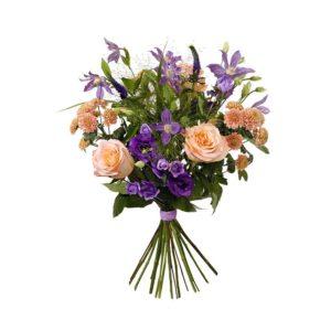 Sommarbukett i lila och aprikost med rosor, prärieklockor, klematis, krysantemum och grönt. Ur Interfloras sortiment.