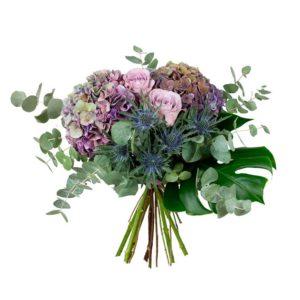 Höstbukett med blommor i lila färgtoner. hortensia, rosor, tistel och blandat grönt. Ur Interfloras sortiment av höstblommor.
