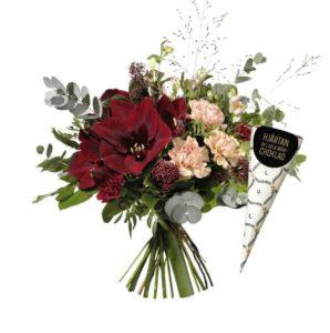 """""""Glimrande lyx med chokladstrut"""". Aprikosfärgade nejlikor, rosa alstroemeria tillsammans med vinröda amaryllisar och grönt. Blommografera din julhälsning med ett blommogram från Interflora!"""